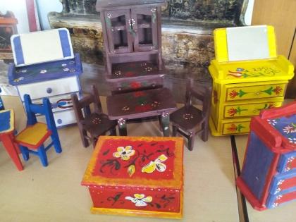 Mobilierul miniatural pictat de elevi